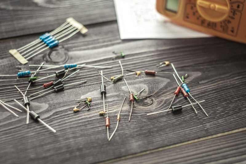 Composants électroniques sur le fond rustique en bois photos stock