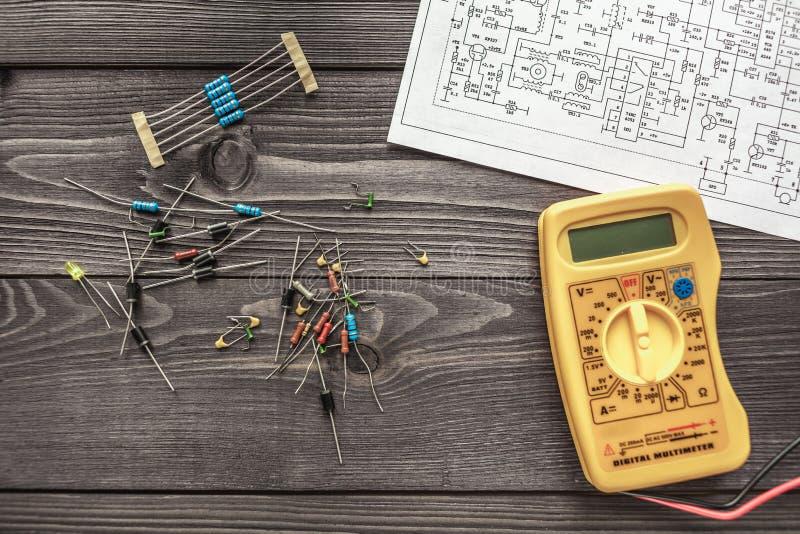Composants électroniques sur le fond rustique en bois image libre de droits
