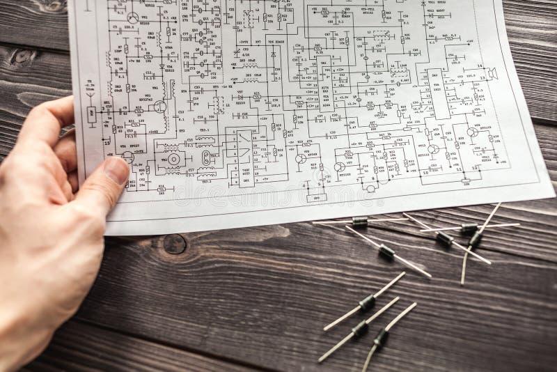 Composants électroniques sur le fond rustique en bois photo stock