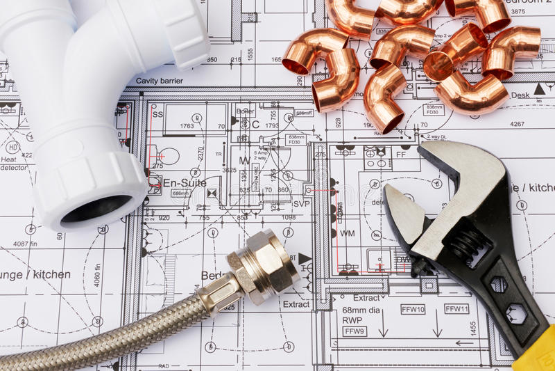 Composants de tuyauterie disposés sur des plans de Chambre photos stock