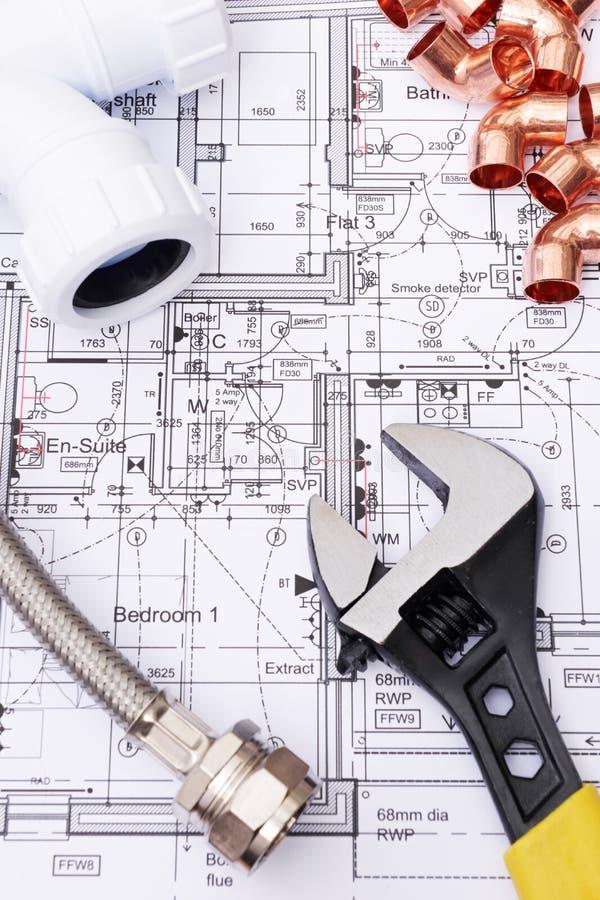 Composants de tuyauterie sur des plans de Chambre photos stock