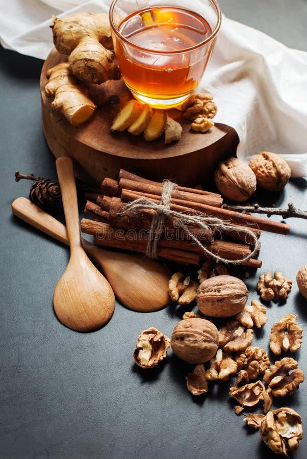 Composants naturels à Honey Cinnamon Walnuts froid photographie stock libre de droits
