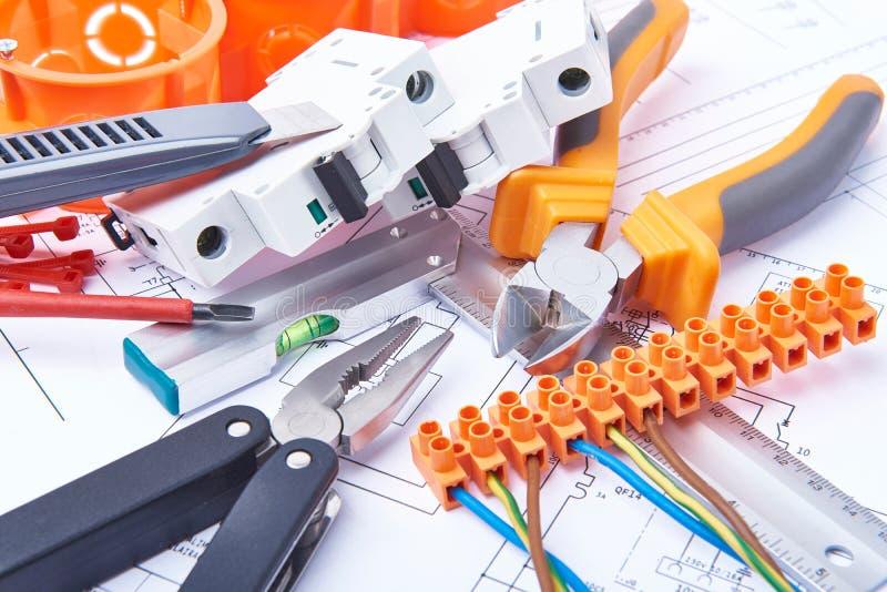 Composants pour l'usage dans les installations électriques Coupez les pinces, les connecteurs, les fusibles et les fils Accessoir photos libres de droits