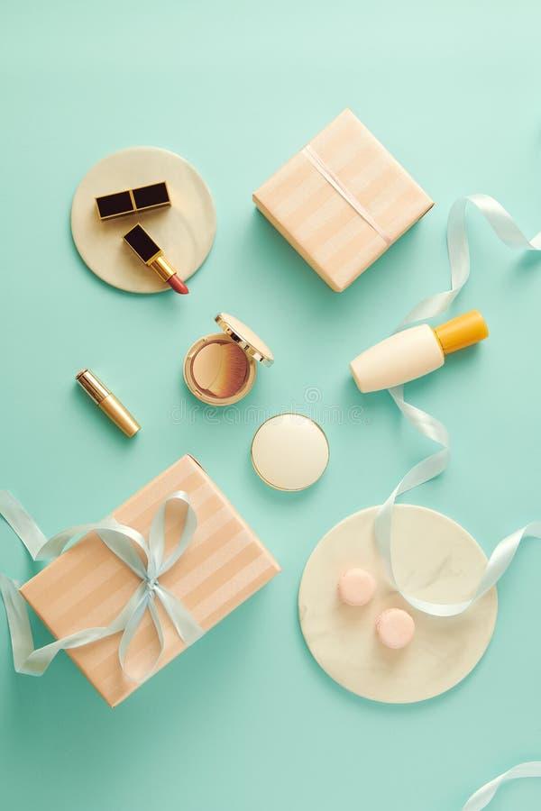 Composez la table avec la base, rougissez, les brosses, le rouge ? l?vres et le giftbox ? l'int?rieur photo stock