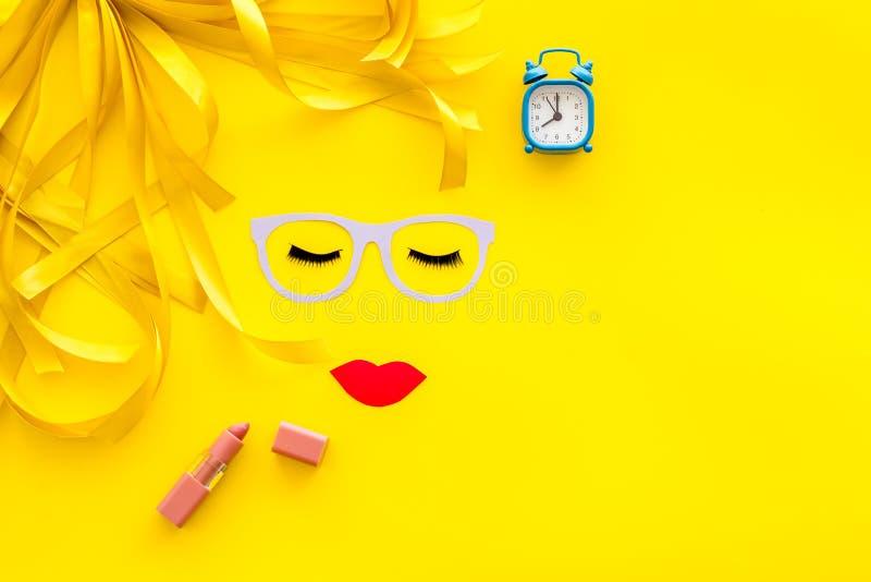 Composez le concept avec le modèle de visage pour le travail de visagiste et le réveil sur le copyspace jaune de vue supérieure d photos stock