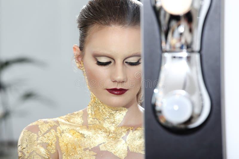 Composez le modèle au miroir, corps doré photo stock