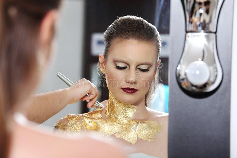 Composez le modèle au miroir, peinture de carrosserie dorée photo libre de droits