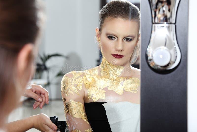 Composez le modèle au miroir, peinture de carrosserie dorée photos libres de droits