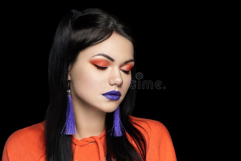 Composez le rouge à lèvres violet de fards à paupières oranges images libres de droits