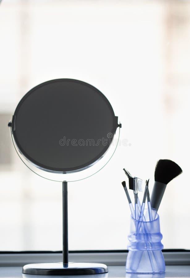Composez les balais et un miroir images stock