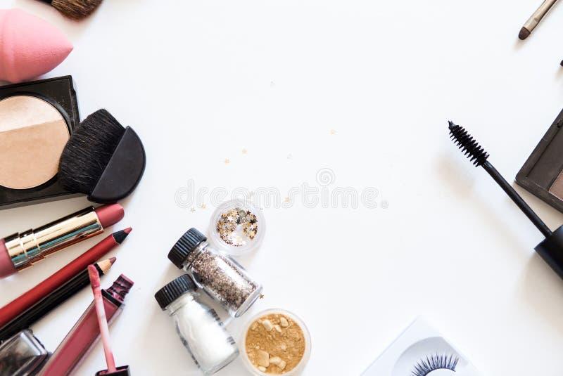 Composez les cosmétiques décoratifs sur la vue supérieure de fond blanc photo stock