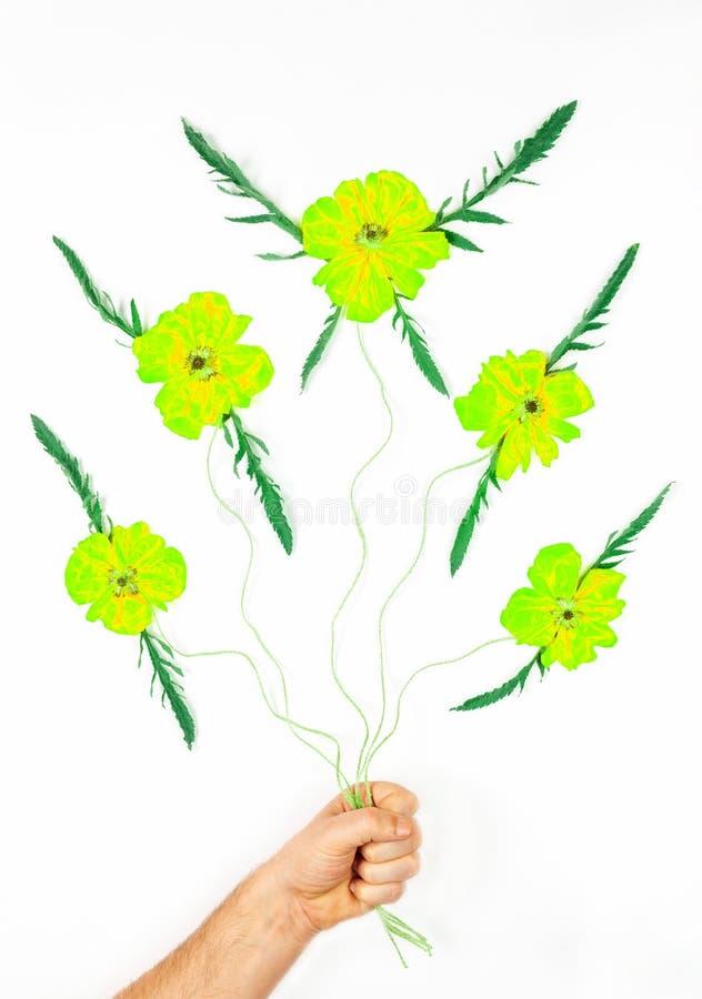 A composi??o abstrata com a flor fant?stica do voo brota a cor verde amarela com as asas da folha nas cordas guardadas por uma m? foto de stock