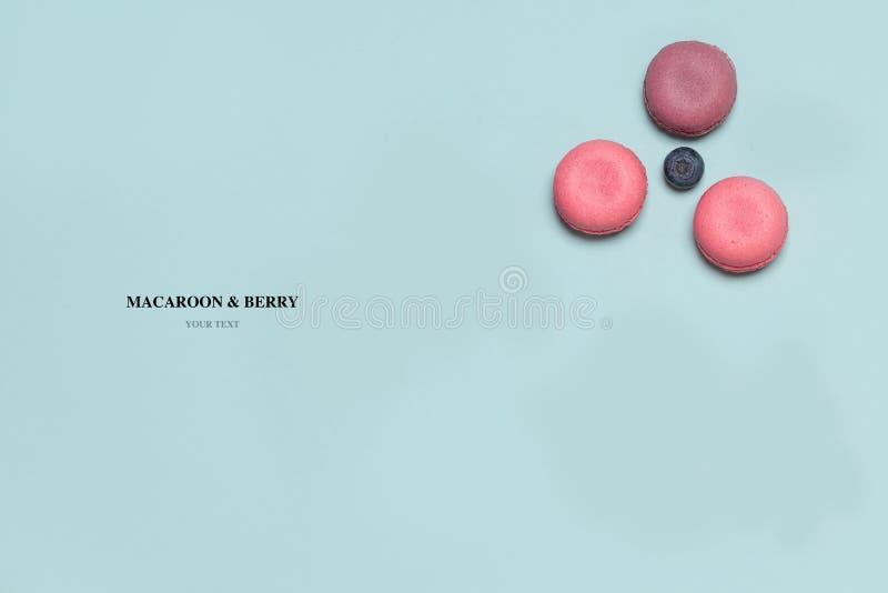 Composição abstrata dos bolinhos de amêndoa, framboesas, mirtilos imagem de stock
