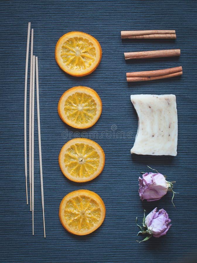 Composição aromática de laranjas caramelizadas, incenso, sabão, cinn imagens de stock