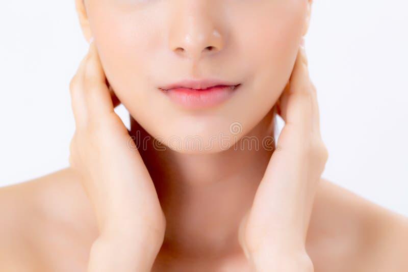 Composição asiática da mulher bonita do close up do cosmético, do pescoço do toque da mão da menina e do sorriso atrativos fotografia de stock