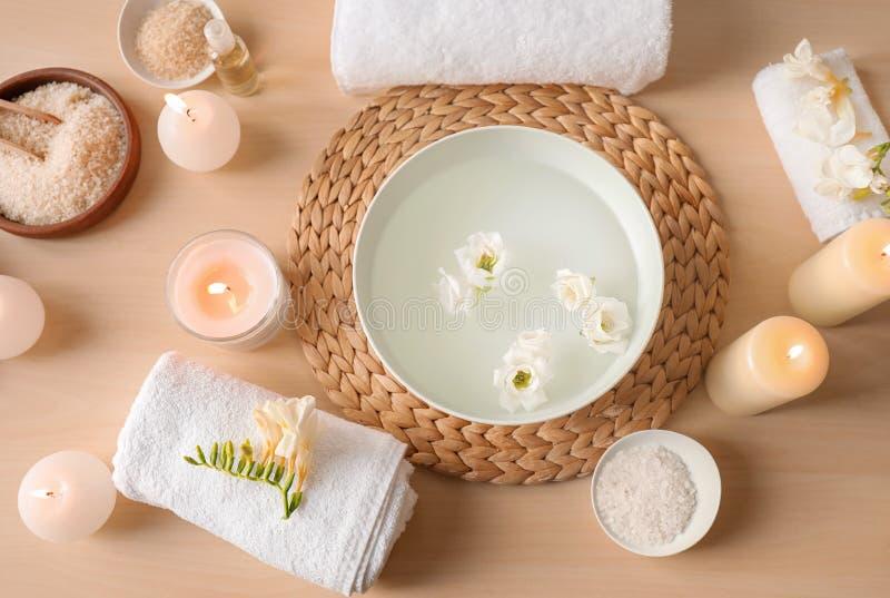 Composição bonita com a bacia de água preparada para o tratamento do tratamento de mãos no salão de beleza dos termas fotos de stock