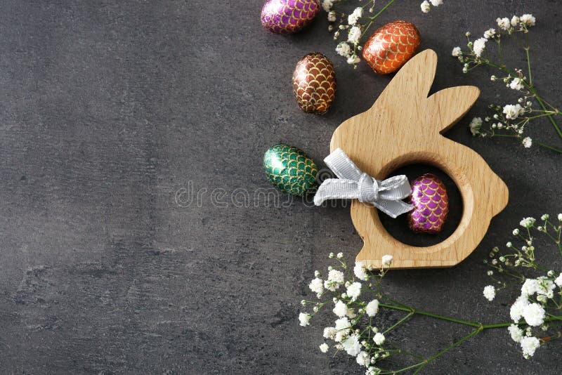 Composição bonita com ovos da páscoa e coelho decorativo no fundo cinzento imagem de stock royalty free