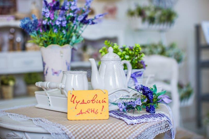 Composição bonita, com um serviço de chá na tabela foto de stock royalty free
