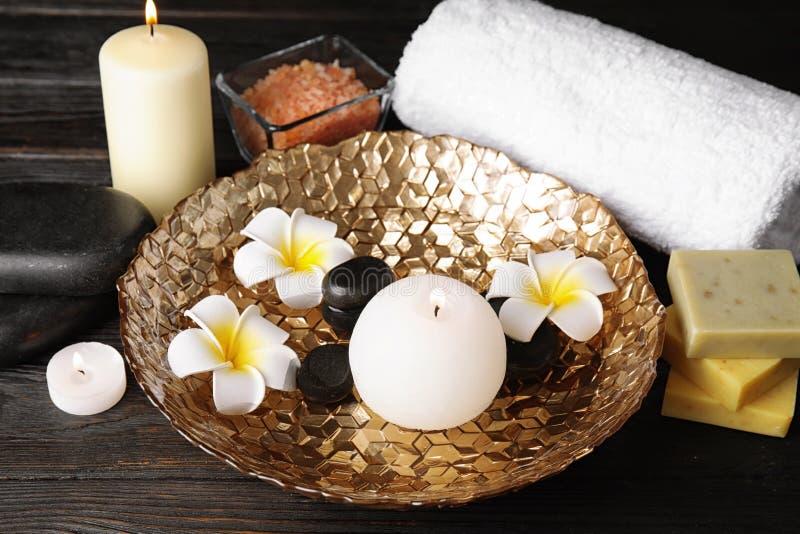 Composição bonita dos termas com velas e flores foto de stock