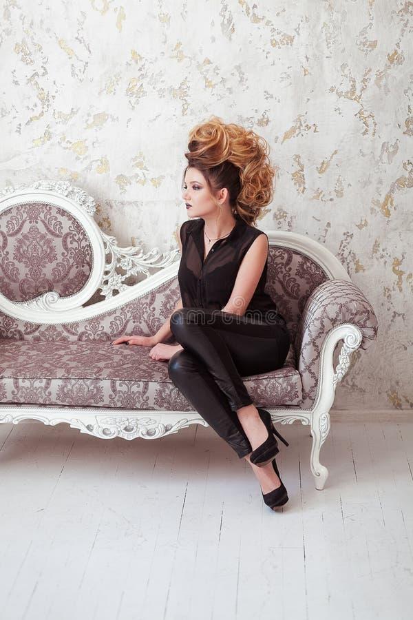 Composição brilhante da forma Mulher da beleza com penteado do mohawk Menina modelo 'sexy' loura com cabelo longo, pestanas longa imagem de stock