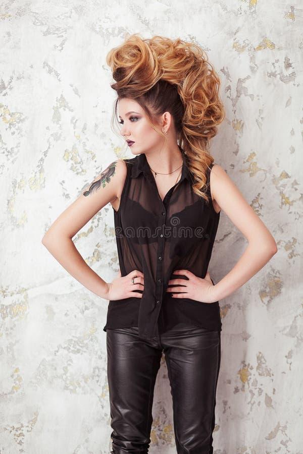 Composição brilhante da forma Mulher da beleza com penteado do mohawk Menina modelo 'sexy' loura com cabelo longo, pestanas longa imagens de stock royalty free