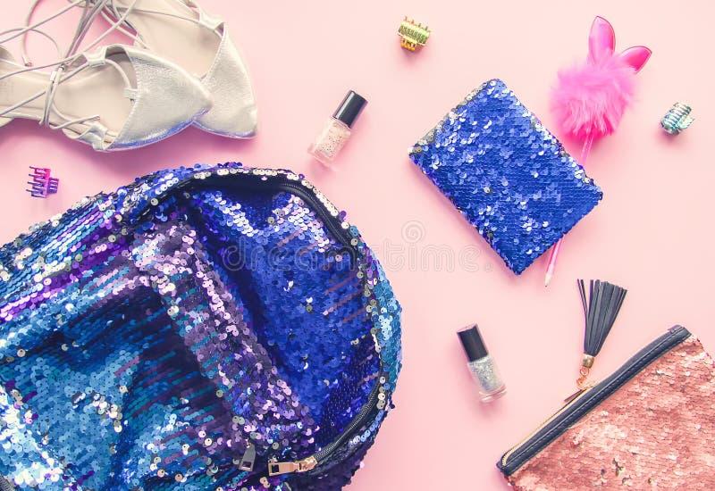 Composição brilhante de acessórios de forma Lantejoulas trouxa, bolsa, faixas elásticas engraçadas do brilho da pena, do verniz p fotografia de stock