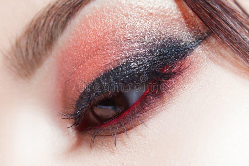 Composição brilhante de surpresa do olho com uma seta larga Brown e tons vermelhos, sombra colorida foto de stock royalty free