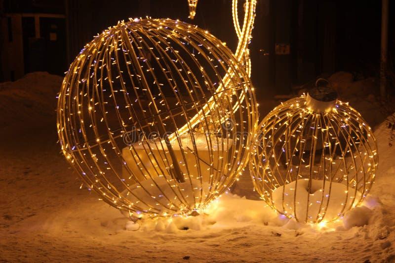 Composição brilhante Instalação de Natal figura dimensional uma bola de Natal está localizada no parque da cidade de inverno fotografia de stock royalty free