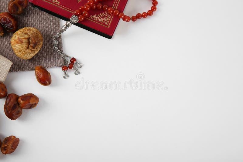 Composição colocada lisa com Alcorão, grânulos de oração muçulmanos imagens de stock royalty free