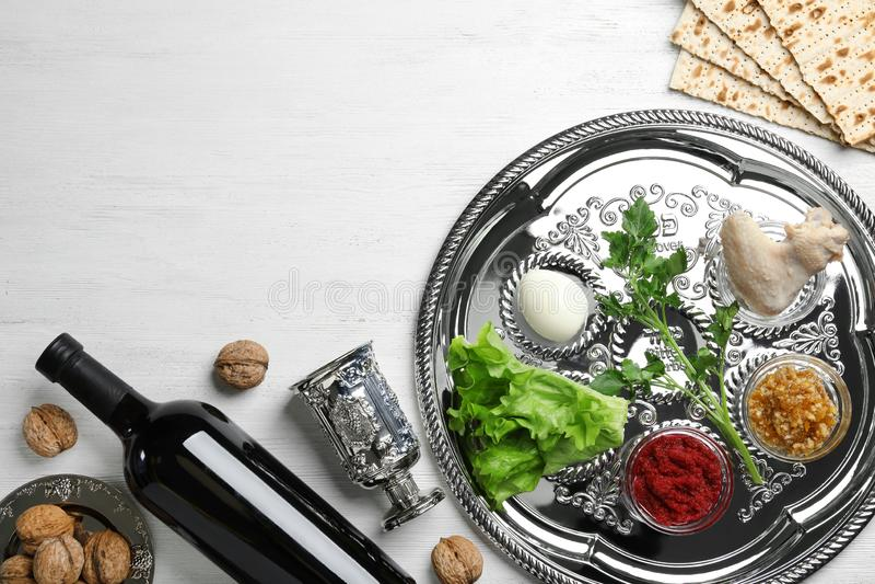 Composição colocada lisa com artigos simbólicos de Pesach da páscoa judaica e refeição no fundo de madeira fotografia de stock