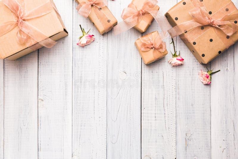 Composição colocada lisa com as caixas de presente envolvidas no papel de embalagem foto de stock royalty free