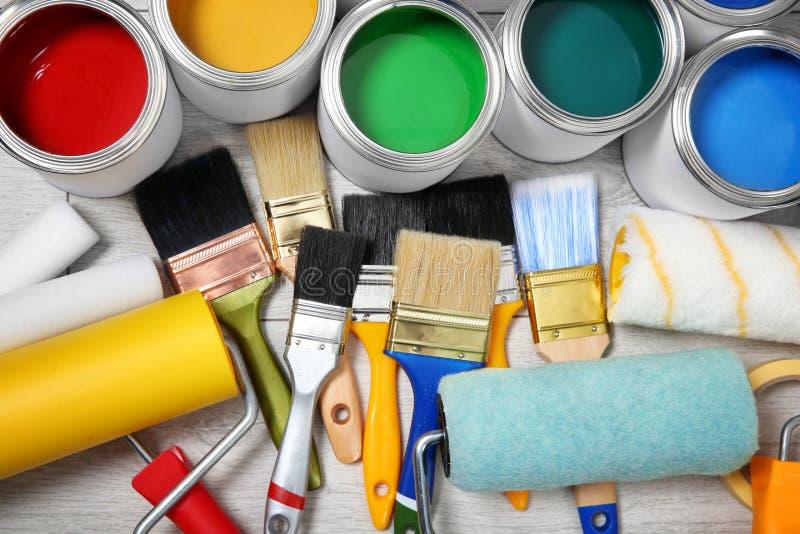 Composição colocada lisa com as latas de ferramentas da pintura e do decorador foto de stock