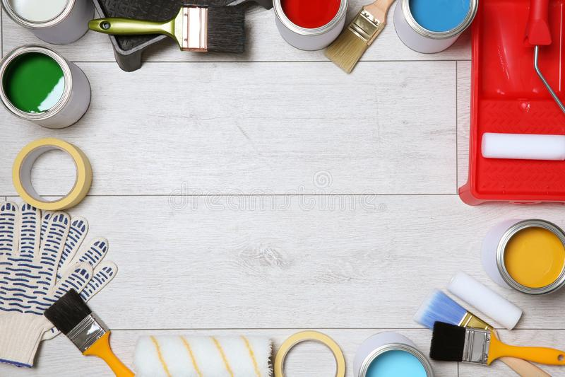 Composição colocada lisa com as latas de ferramentas da pintura e do decorador no fundo de madeira fotos de stock