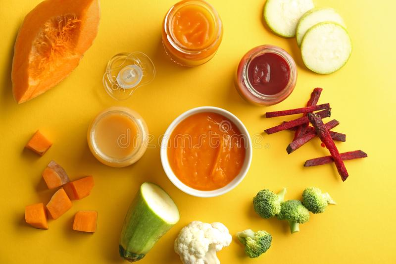 Composição colocada lisa com comida para bebê saudável no fundo da cor imagens de stock royalty free