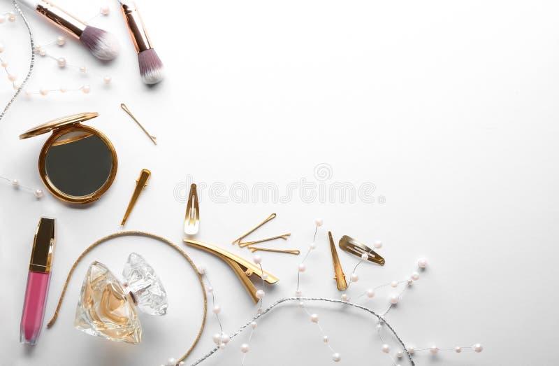 Composição colocada lisa com cosméticos e acessórios no fundo branco fotografia de stock