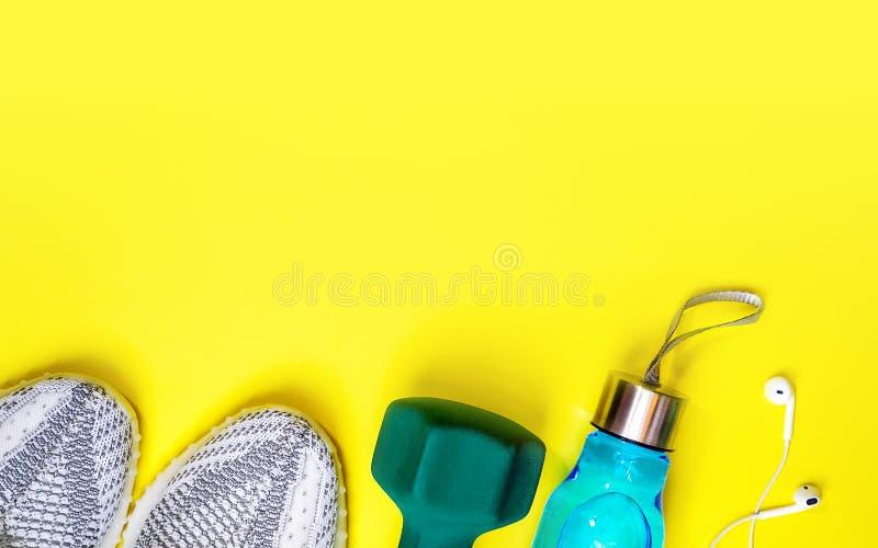 Composição colocada lisa com equipamento da aptidão e espaço para o texto no fundo amarelo da cor amor saudável e ativo dos estil foto de stock