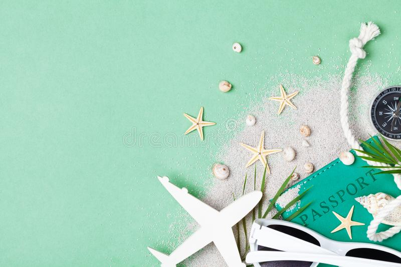 Composição colocada lisa com férias de verão, férias e acessórios do curso na opinião de tampo da mesa verde foto de stock