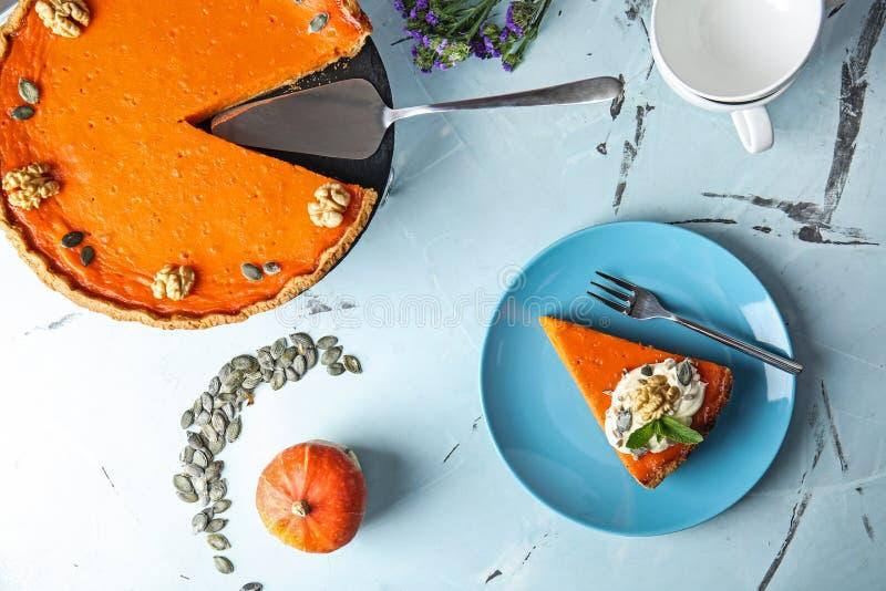 Composição colocada lisa com o tarte de abóbora saboroso na tabela fotografia de stock