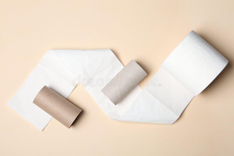 Composição colocada lisa com papel higiênico e rolos vazios foto de stock