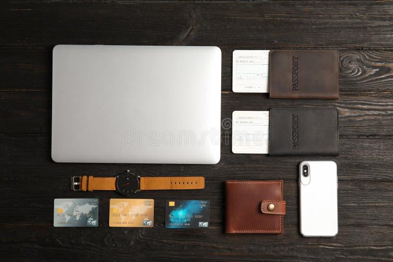 Composição colocada lisa com portátil e passaportes no fundo de madeira foto de stock royalty free