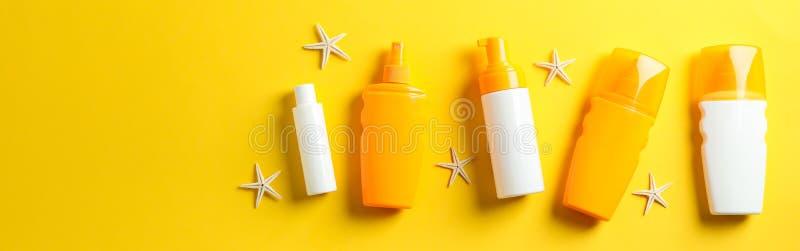 Composição colocada lisa com pulverizadores e estrelas do mar da proteção solar no fundo da cor, espaço para o texto foto de stock