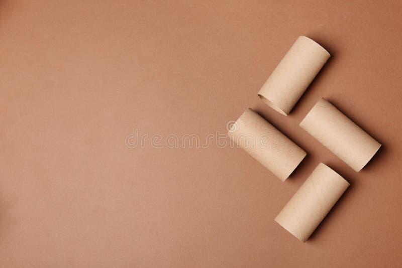 Composição colocada lisa com rolos vazios do papel higiênico e espaço para o texto imagens de stock