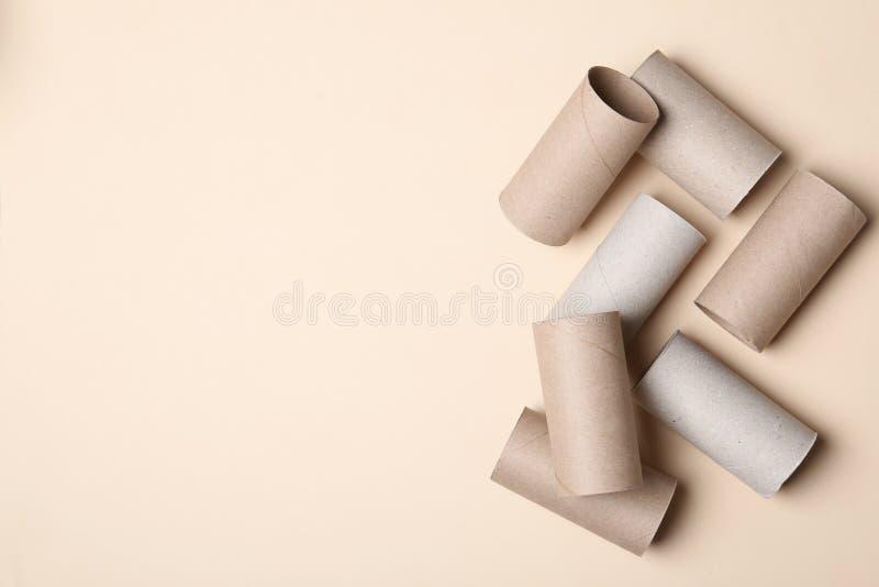 Composição colocada lisa com rolos vazios do papel higiênico e espaço para o texto imagem de stock royalty free