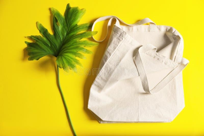 Composição colocada lisa com sacola e folha do eco imagem de stock royalty free