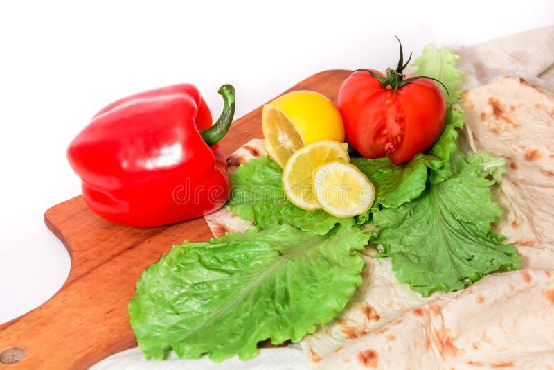 Composição colorida saboroso dos vegetais com lavash imagens de stock royalty free