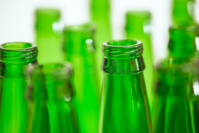 Composição com as dez garrafas de cerveja verdes fotos de stock