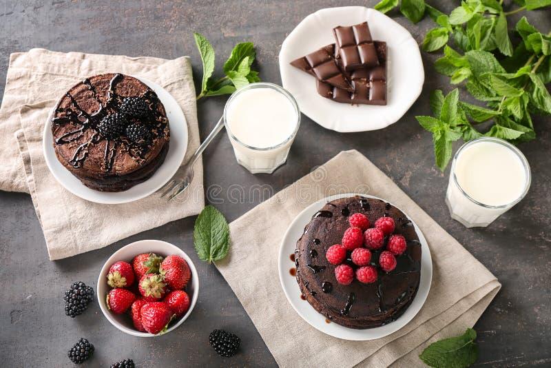 Composição com as panquecas saborosos do chocolate na tabela imagem de stock