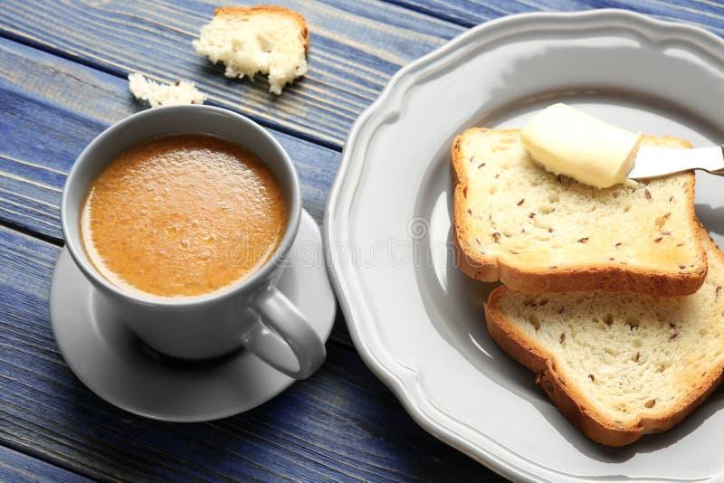 Composição com café saboroso e brindes da manteiga fotos de stock royalty free