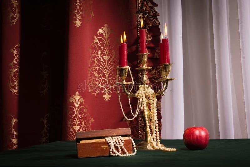 Composição com a caixa da maçã, do castiçal e de joia imagens de stock royalty free
