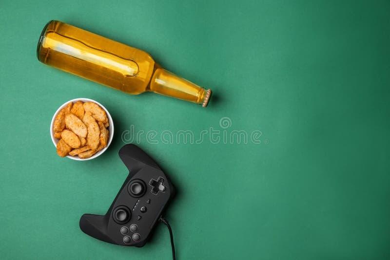 Composição com controlador do jogo de vídeo, cerveja imagens de stock royalty free